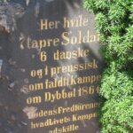 Grave og mindesten på Dybbøl Kirkegård, 6 danske og 1 Preusser