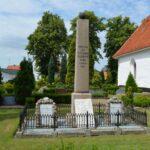 Grave og mindesten på Nybøl kirkegård, minde over 20 faldne danskere